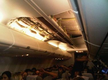 Teto do Voo G3 1399, da Gol Linhas Aéreas, caiu na noite de terça  - Crédito: Foto: Dimitri Sales