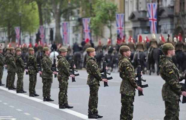 Cerca de 1 mil integrantes das Forças Armadas britânicas participam de ensaio final para o casamento do príncipe William, nesta quarta - Crédito: Foto: Carl Court / AFP