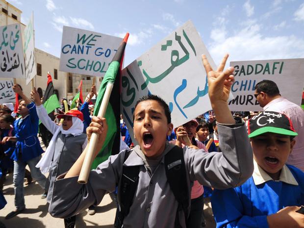 Crianças em Benghazi, sede da rebelião líbia, protestam pela volta às aulas nesta quarta-feira - Crédito: Foto: AP