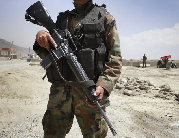 Militar afegão monta guarda em frente à base aérea em Cabul após o incidente desta quarta-feira - Crédito: Foto: AP