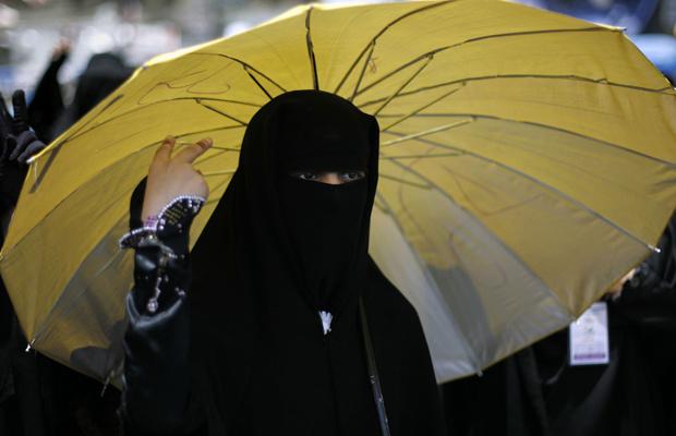 Manifestante coberta com véu islâmico protesta contra o governo nesta quarta-feira - Crédito: Foto: AFP