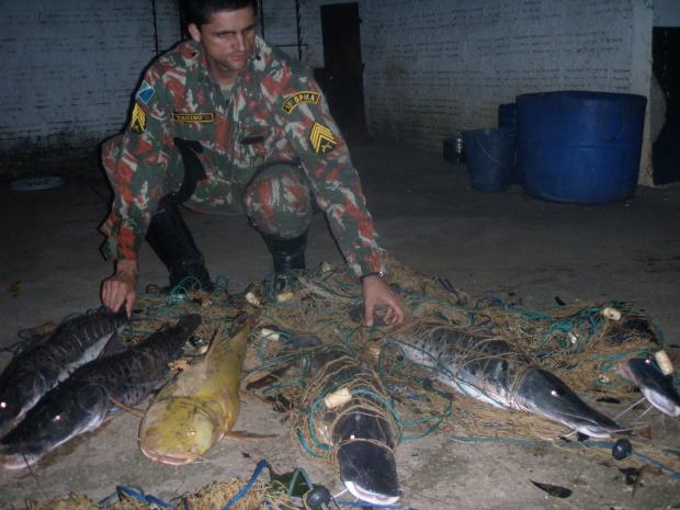 Foram apreendidos 25 kg de pescado das espécies jaú e pintado e uma canoa - Crédito: Foto: PMA