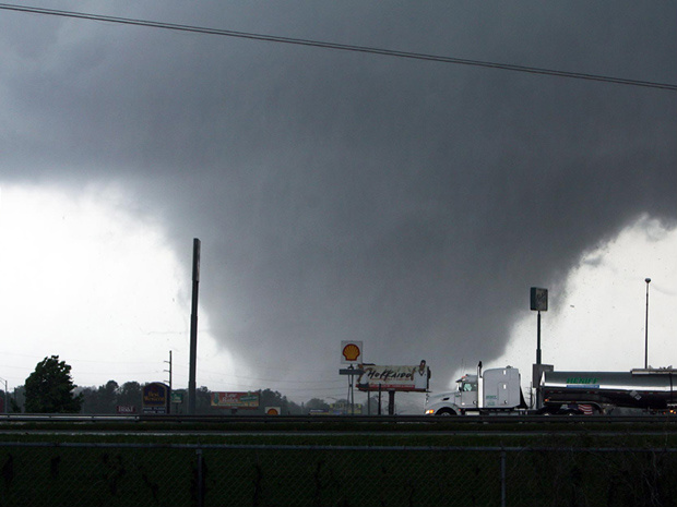 Tornado se aproxima de Tuscaloosa, no Alabama, nesta quarta-feira - Crédito: Foto: AP Photo/The Tuscaloosa News, Dusty Compton