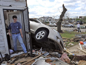 Devastação causada por tornado em Tuscaloosa, cidade onde a Mercedes tem fábrica - Crédito: Foto: AP
