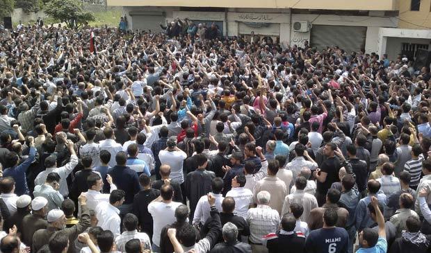 Manifestantes protestam durante orações nesta sexta na cidade de Banias, na Síria - Crédito: Foto: Reuters