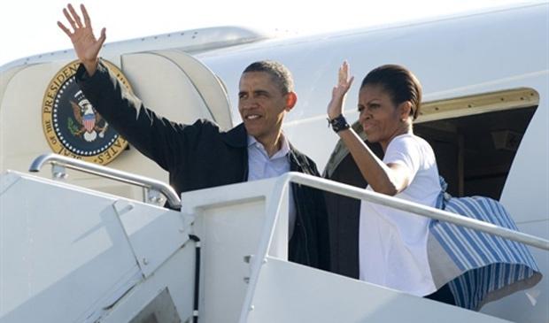 O presidente Barack Obama acena com a primeira-dama Michelle ao embarcar no Air Force One rumo a Tuscaloosa, no Alabama, estado mais atingido pelas tempestades - Crédito: Foto: Saul Loeb / AFP