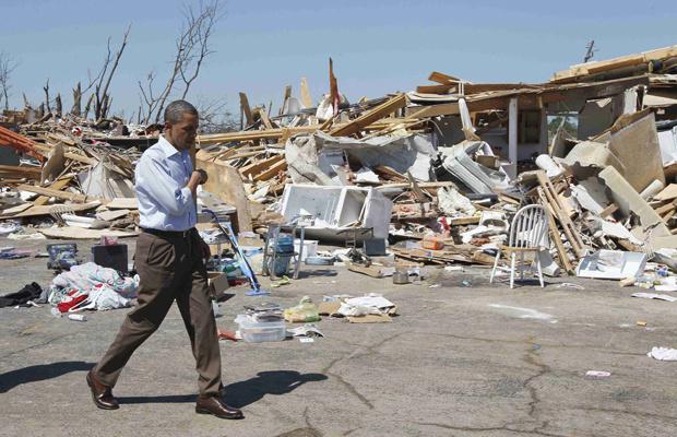O presidente dos EUA, Barack Obama, observa os estragos causados na cidade de Tuscallosa, no Alabama, nesta sexta-feira - Crédito: Foto: AP