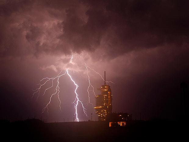 O ônibus espacial Endeavour aguarda na plataforma de lançamento na Flórida durante uma tempestade na noite de quinta-feira - Crédito: Foto: NASA/Bill Ingalls