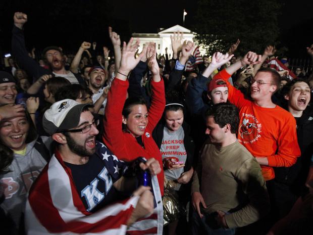 Em frente à Casa Branca, em Washington, multidão comemora o anúncio da morte de Osama bin Laden. - Crédito: Foto: AP