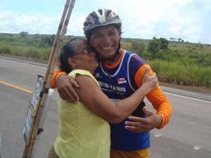 Valdeni abraça a mãe, dona Raimunda das Chagas, durante passagem por Humaitá, antes de encerrar trajeto - Crédito: Foto: Arquivo Pessoal/Valdeni Pinheiro