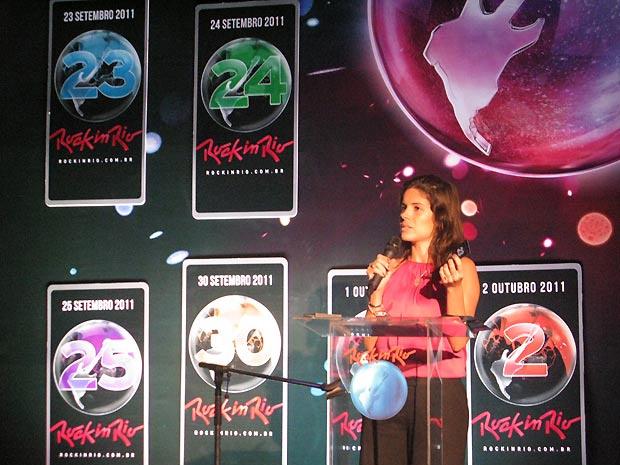 Roberta Medina, vice-presidente executiva do Rock in Rio, exibe um dos ingressos oficiais do Rock in Rio durante entrevista coletiva realizada na manhã desta terça-feira - Crédito: Foto: Henrique Porto/G1