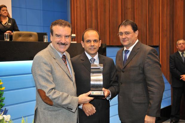 Deputado Paulo Corrêa, Francisco Veloso e Sérgio Longen durante homenagem na AL - Crédito: Foto : Divulgação
