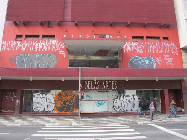 Moradores de rua aproveitam a falta de atividades no local para dormirem em frente ao prédio - Crédito: Foto: Letícia Macedo/ G1