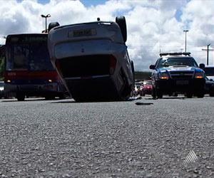 Carro capotou no início da manhã, na Av. Paralela  - Crédito: Foto: Reprodução/TVBA