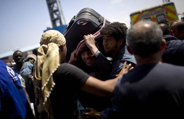 Moradores tentam deixar a sitiada cidade líbia de Misrata nesta quarta-feira - Crédito: Foto: AP