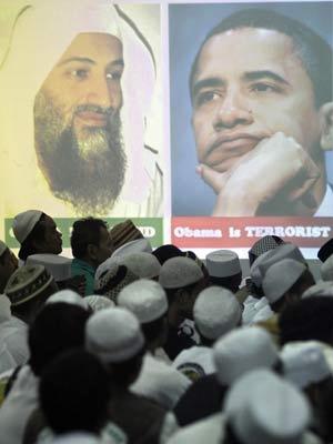 Membros do grupo Frente de Defesa do Islã fazem orações durante ato em memória de Bin Laden em Jacarta, na Indonésia - Crédito: Foto: Irwin Fedriansyah / AP