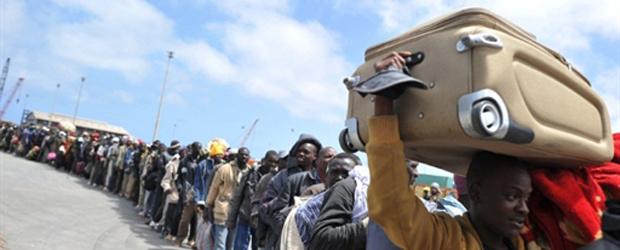 Mais de mil africanos formam fila nesta quarta-feira - Crédito: Foto: AFP