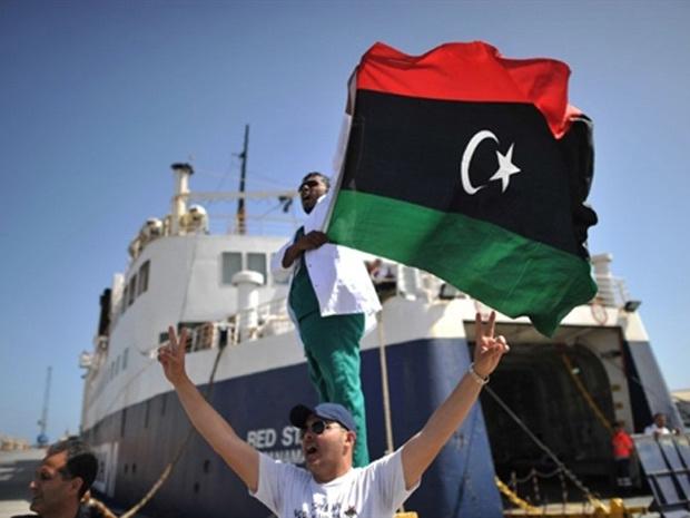 Líbios comemoram chegada de navio com ajuda médica a porto de Misrata - Crédito: Foto: Christophe Simon / AFP