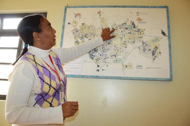 Coordenadora do Creas mostra mapa de índice - Crédito: Foto: Hedio Fazan/PROGRESSO