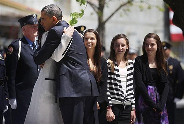 Obama abraça viúva de vítima dos atentados de 11 de setembro de 2001 - Crédito: Foto: AFP