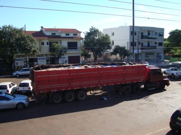 Caminhão carregado de soja e cigarros contrabandeados é apreendido no Paraná. - Crédito: Foto: Divulgação