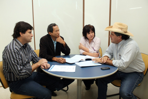 Membros da Comissão e o procurador Sérgio Henrique, durante reunião na Câmara - Crédito: Foto : Divulgação