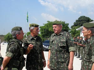 Ministro da Defesa, Nelson Jobim, em visita ao Alemão - Crédito: Foto: Carolina Lauriano/G1