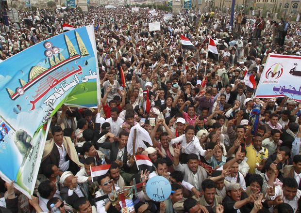 Manifestantes protestam contra o governo do Iêmen na capital, Sanaa, nesta sexta-feira - Crédito: Foto: AFP