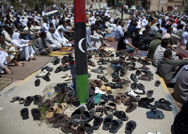 Líbios oram nesta sexta-feira - Crédito: Foto: AP