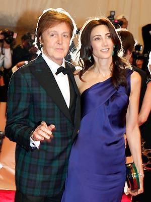 Paul McCartney e Nancy Shevell durante evento no Metropolitan Museum, em Nova York, no início de maio - Crédito: Foto: Reuters