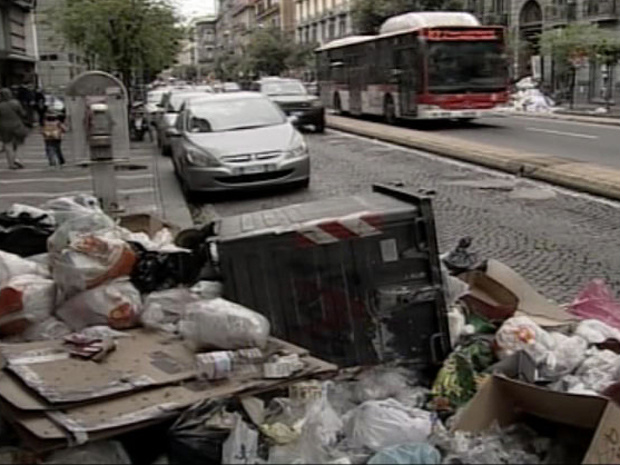 Lixo acumulado em rua da cidade italiana de Nápoles - Crédito: Foto: BBC