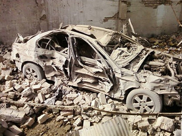 Imagem feita com telefone celular mostra carro destruído pela explosão nesta quinta-feira - Crédito: Foto: AP