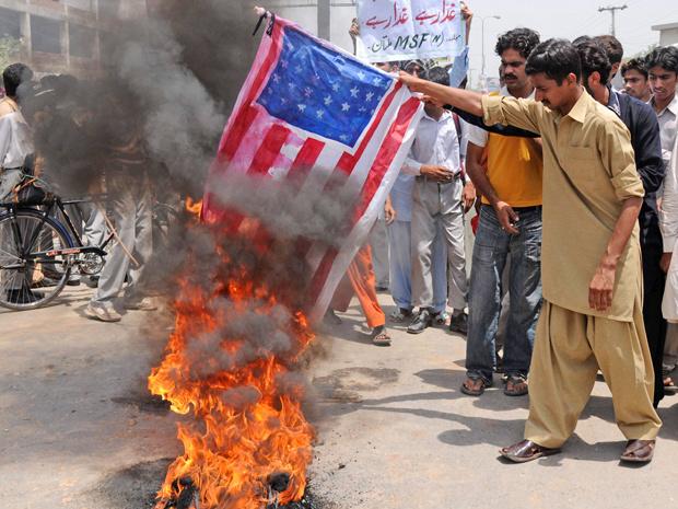 Militantes da Liga Muçulmana do Paquistão queimam bandeira dos EUA durante protesto em Multan nesta segunda-feira - Crédito: Foto: AP