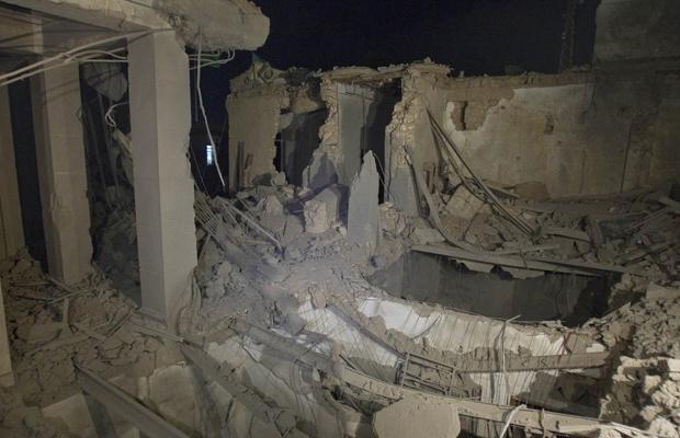 Foto tirada em tour feito pelas autoridades líbias mostra danos a prédio governamental em Trípoli na madrugada desta terça-feira - Crédito: Foto: AP