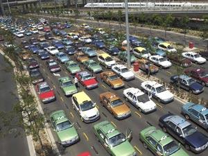 Filas de táxis no aeroporto de Xangai no último dia 10 - Crédito: Foto: AP