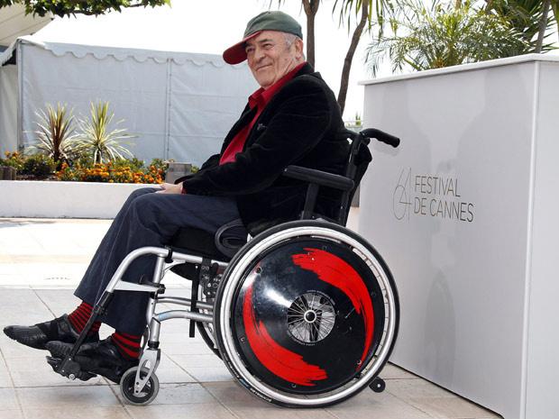 Em cadeira de rodas, o diretor Bernardo Bertolucci participa de coletiva com a imprensa em Cannes, nesta quarta-feira - Crédito: Foto: Reuters
