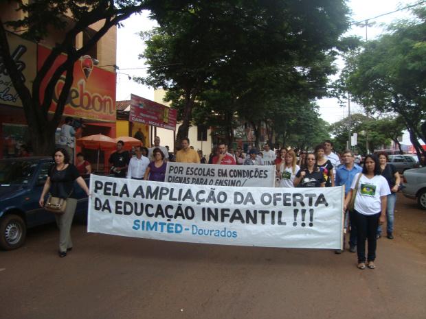 Professores protestaram ontem pela manhã na área central de Dourados - Crédito: Foto: Cido Costa