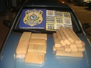 Droga foi encontrada em carro com placa de  Araçatuba - Crédito: Foto: Divulgação/PRF