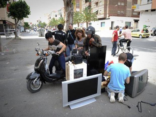 Moradores empilham seus pertences no meio da rua nesta quinta-feira - Crédito: Foto: AFP