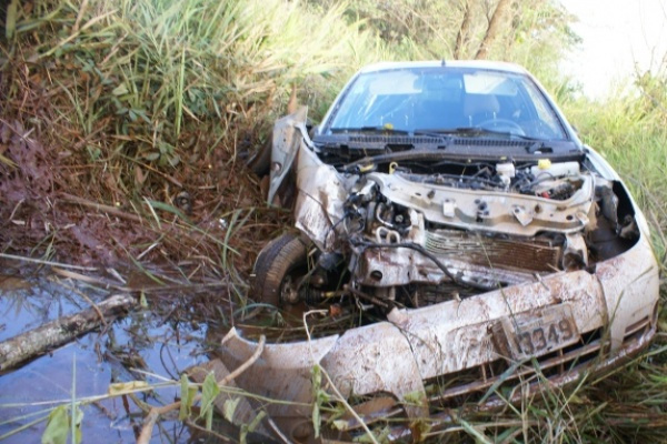 Empresário que conduzia esse Saveiro morreu na hora após bater em um coqueiro - Crédito: Foto: Ribeiro Júnior