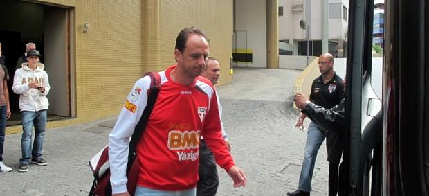 Rogério Ceni, cabisbaixo na volta para São Paulo - Crédito: Foto: Marcelo Prado / GLOBOESPORTE.COM