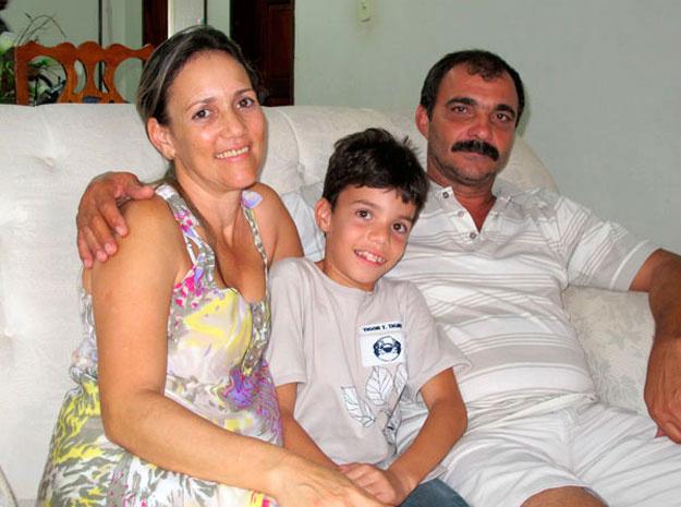 Cláudia, o filho Gabriel e o marido Franci - Crédito: Foto: G1 BA