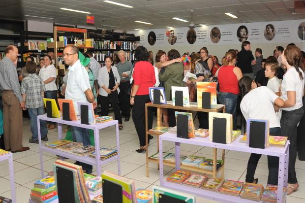 Convidados conhecem a nova biblioteca da escola Mace em Dourados - Crédito: Foto : Marcos Ribeiro