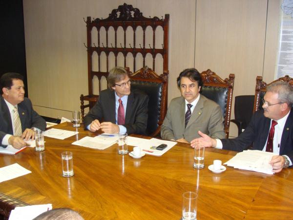 Geraldo discutiu com o ministro Alfredo a implantação da Ferrovia do Pantanal em MS - Crédito: Foto: Rodrigo Pael