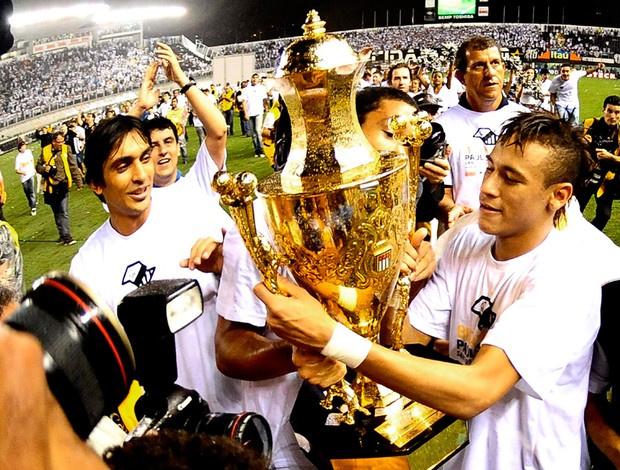Jogadores do Santos com a taça de campeão paulista de 2011 - Crédito: Foto: Marcos Ribolli/Globoesporte.com
