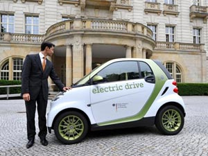 Ministro da Economia Philipp Roesler posa junto a um Smart elétrico - Crédito: Foto: Rainer Jensen/AFP