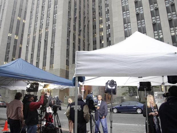 Jornalistas diante do prédio do tribunal ao qual Dominique Strauss-Kahn compareceu nesta segunda-feira - Crédito: Foto: AP