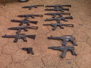 Réplicas de fuzis e pistola utilizadas por quadrilha de assaltantes - Crédito: Foto: Tawany Mary/G1 MS