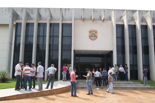 Agentes levaram presos para a sede da Polícia Federal em Dourados - Crédito: Foto: Hedio Fazan/PROGRESSO