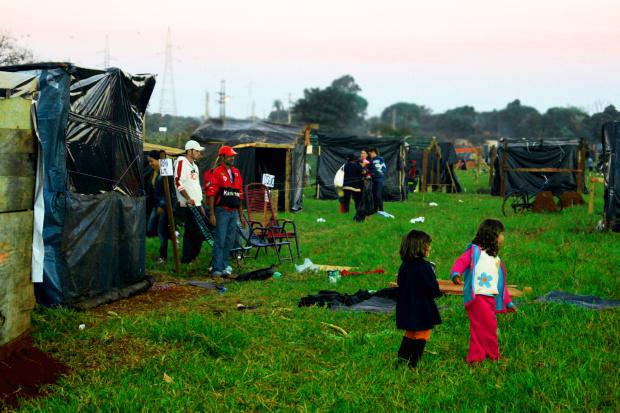Famílias de sem-tetos montaram barracos de lona na área invadida e prometem não sair - Crédito: Foto: Hedio Fazan/PROGRESSO